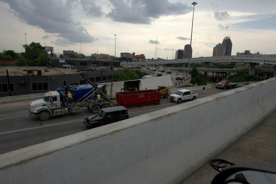 TxDOT: 18-wheeler crash cleared after delaying traffic at I-35, I-10
