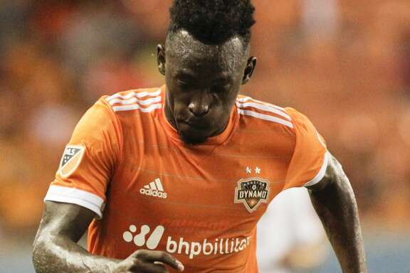 Houston Dynamo forward Alberth Elis (17) dribbles during the second half of the game at BBVA Compass Stadium Wednesday, May 31, 2017, in Houston. The Houston Dynamo defeated Real Salt Lake 5-1. ( Yi-Chin Lee / Houston Chronicle )