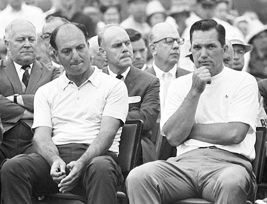 Roberto De Vicenzo, who died Thursday at 94, had to endure a 1968 Masters trophy presentation after he turned in an erroneous scorecard that cost him the victory, which went to runner-up Bob Goalby, right. Photo: STF / AP1968