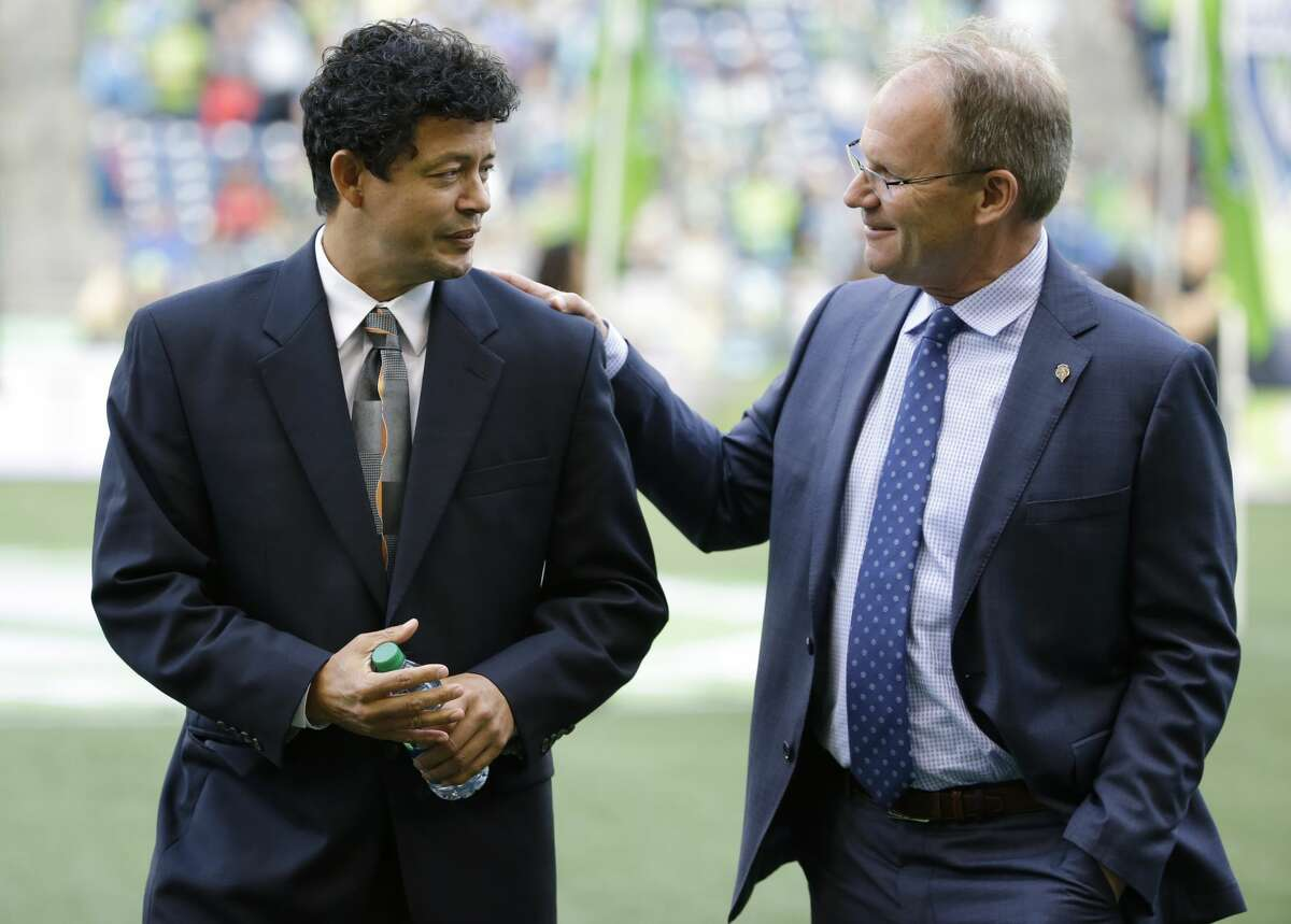 Seattle Sounders coach Brian Schmetzer (right) praised Dynamo coach Wilmer Cabrera (left) for instilling belief in the Dynamo during his first season.