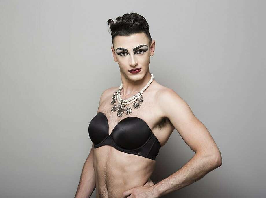 Leila loves lesbian sex