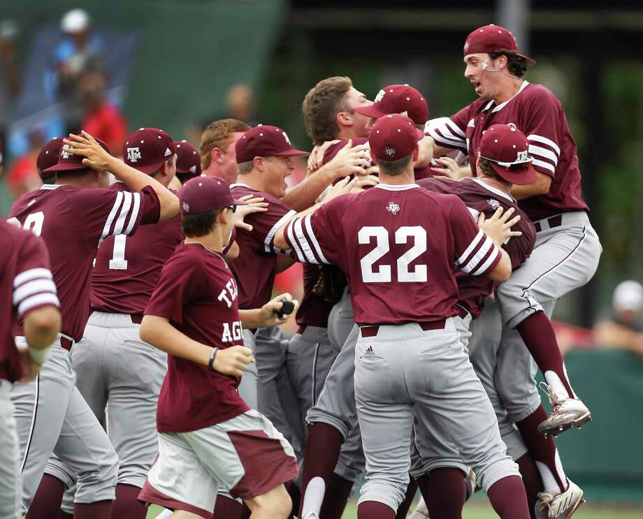 Texas A&M infielder Braden Shewmake (8) celebrates with teammates on the field after pulling out a 4-3 win over Houston Cougars during Game 6 of an NCAA Regional baseball game at Schroeder Park, in Houston, Monday, June, 5, 2017. Photo: Karen Warren, Houston Chronicle / 2017 Houston Chronicle