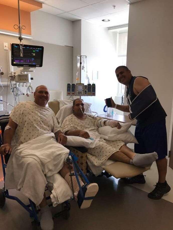 Los oficiales Agapito Pérez, Arturo Vela y Mario Casares en el hospital son vistos recuperándose. Photo: Foto De Cortesía
