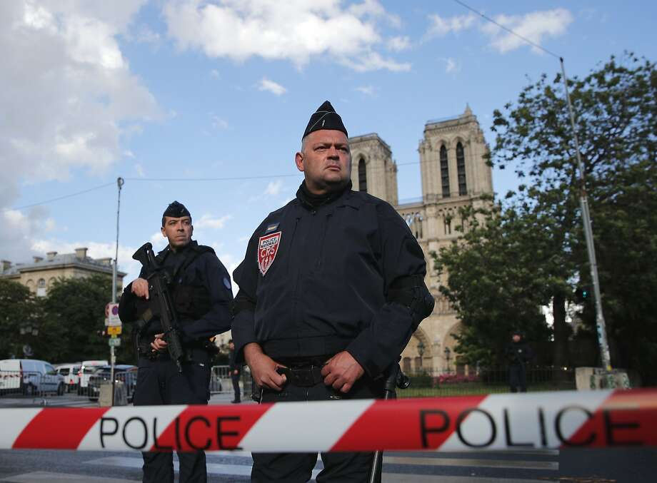 Officer attacked with hammer by Notre Dame in Paris