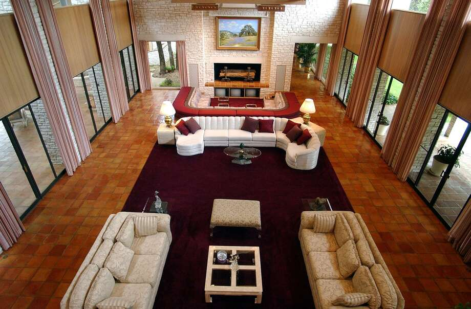 A section of the living room of the Tom Turner Sr. estate at 2900 Nacogdoches Road on the Northeast Side. Photo: Edward A. Ornelas /San Antonio Express-news / SAN ANTONIO EXPRESS-NEWS