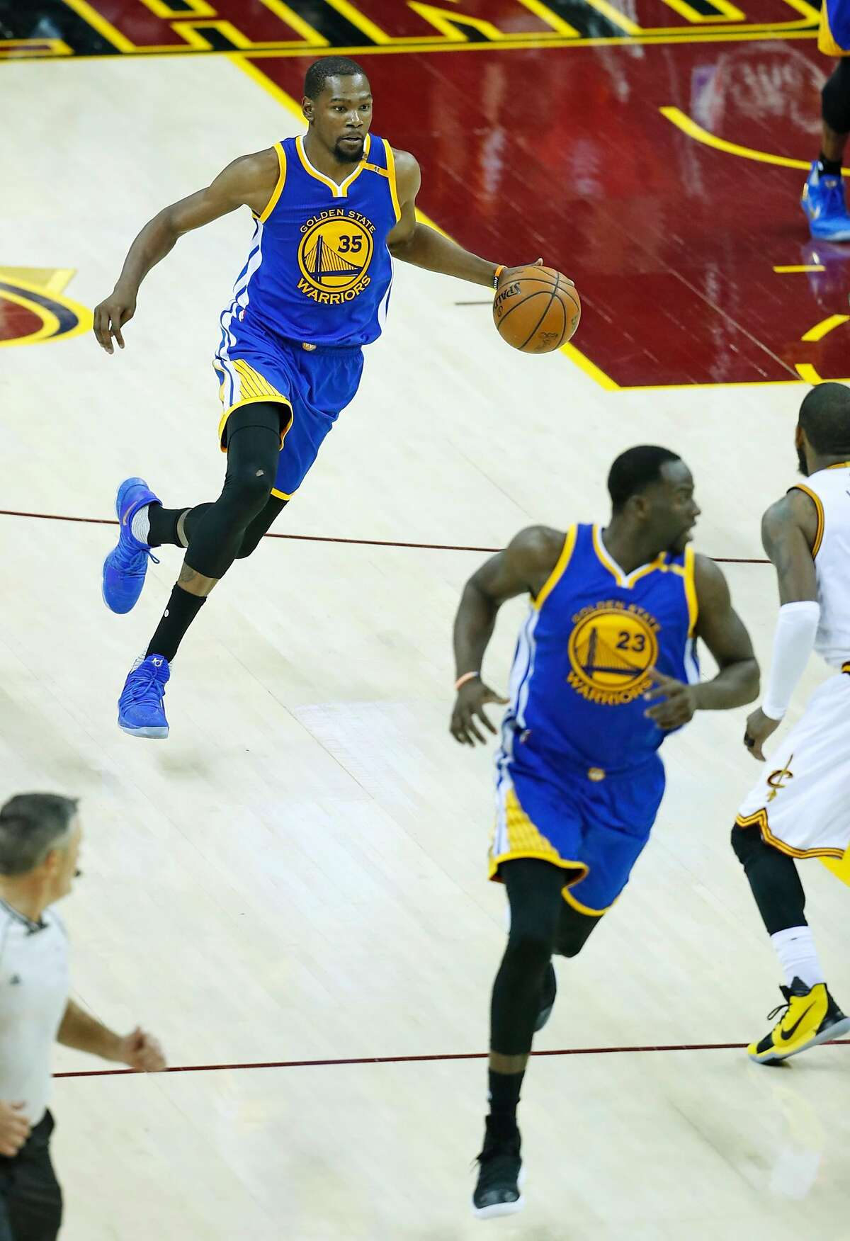 Golden State Warriors' Kevin Durant dribble sup court against Cleveland Cavaliers in Warriors' 118-113 win in Game 3 of the NBA Finals at Quicken Loans Arena in Cleveland, Ohio, on Wednesday, June 7, 2017.