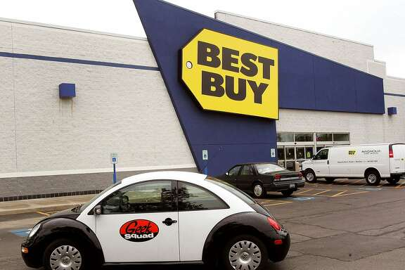 """NILES, IL - JUNE 06:  """"Geek Squad"""" double agent Moira Hardek leaves for a service call from a Best Buy store June 6, 2006 in Niles, Illinois. Best Buy is reportedly testing their """"Geek Squad"""" computer service and technical repair in ten Office Depot stores in Orlando, Florida. (Photo by Tim Boyle/Getty Images)"""