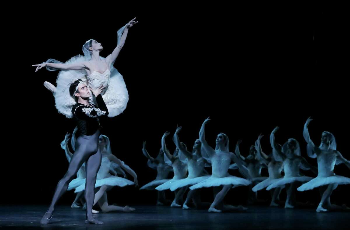"""Connor Walsh and Karina Gonzalez as Solor and Nikiya, with other artists of Houston Balletin Stanton Welch's """"La Bayadere."""""""