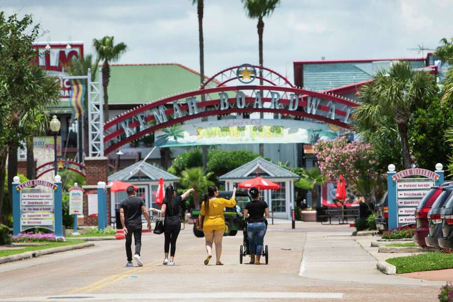 Visitors to the Kemah area walk toward the boardwalk on Tuesday, May 30, 2017, in Kemah. ( Brett Coomer / Houston Chronicle ) Photo: Brett Coomer, Staff / © 2017 Houston Chronicle