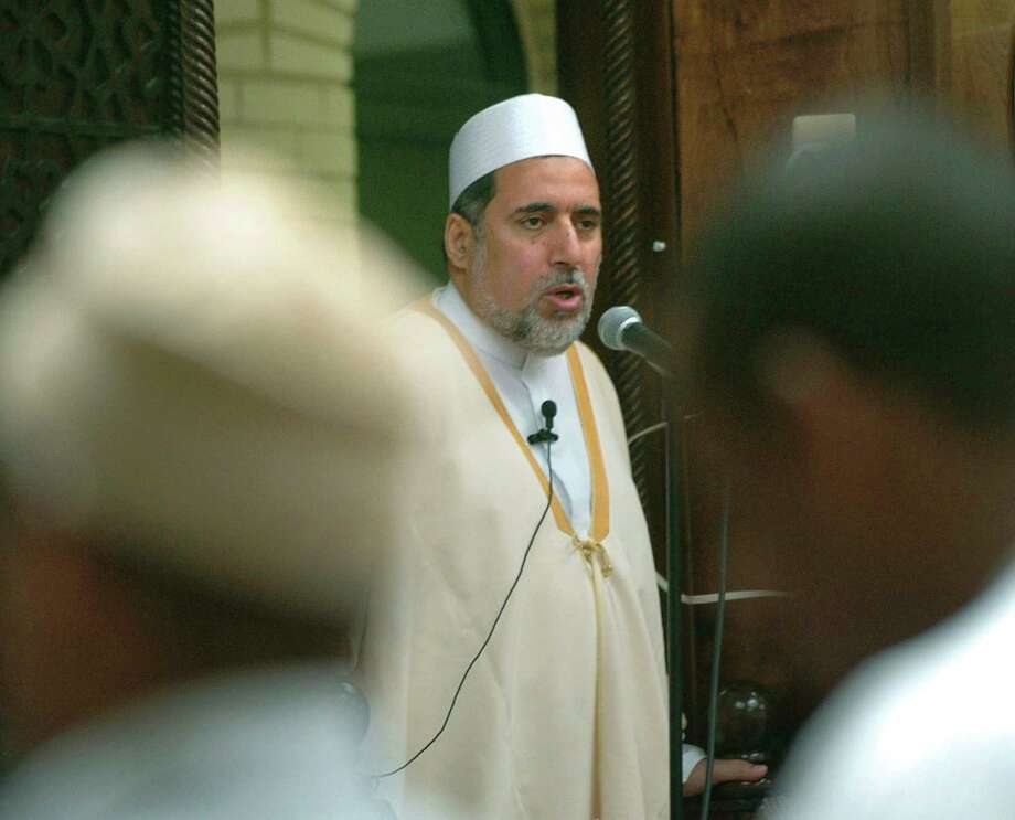 Imam Shaker Elsayed delivers a sermon on June 15, 2005, at Dar Al-Hijrah in Falls Church, Va. Elsayed's comments on genital mutilation caused the mosque's outreach coordinator to resign. Photo: KEVIN WOLF, STR / Copyright 2017 The Associated Press. All rights reserved.