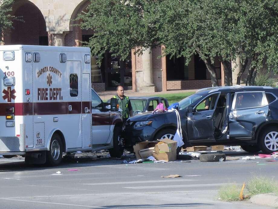 Foto de archivo— Una ambulancia del Departamento de Bomberos de Zapata fue parte un choque involucrando tres autos en la intersección de Bustamante y Bartlett el 9 de junio de 2017. Photo: Cuate Santos /Laredo Morning Times / Laredo Morning Times