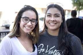 Kathy Hernández y Mabel González en Hecho a Mano en el Centro para las Artes de Laredo.