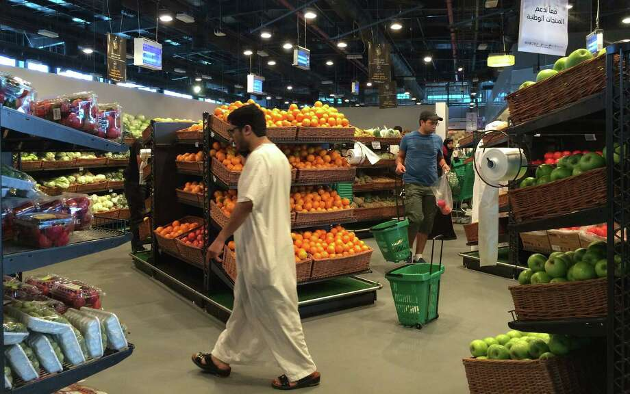 Customers shop at the al-Meera market in Doha, the Qatari capital. The country is under an economic blockade. Photo: Getty Images / AFP or licensors