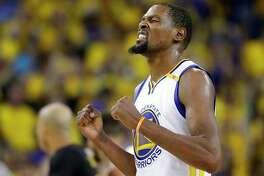 Kevin Durant celebra con los Warriors ante los Cavaliers en Oakland, Calif., el lunes 12 de junio de 2017. (AP / Marcio Jose Sanchez)