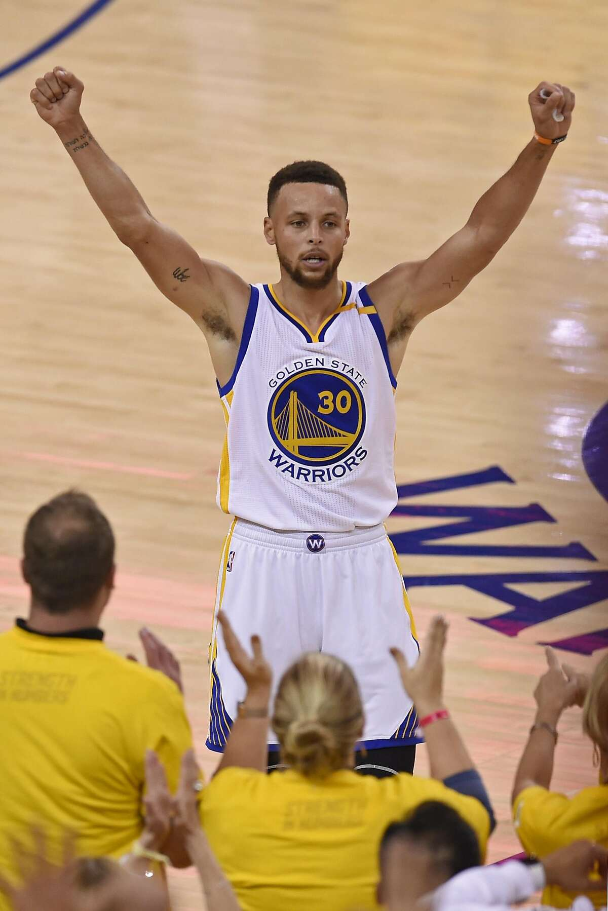 The Golden State Warriors' Stephen Curry celebrates after defeating the Cleveland Cavaliers, 129-120, in Game 5 of the NBA Finals at Oracle Arena in Oakland, Calif., on Monday, June 12, 2017. (Jose Carlos Fajardo/Bay Area News Group/TNS)