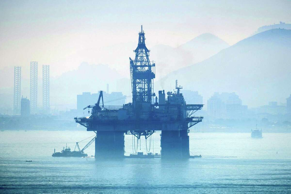 An oil platform is temporaly stationed at Guanabara bay in Rio de Janeiro, Brazil, on June 8, 2017. / AFP PHOTO / YASUYOSHI CHIBAYASUYOSHI CHIBA/AFP/Getty Images