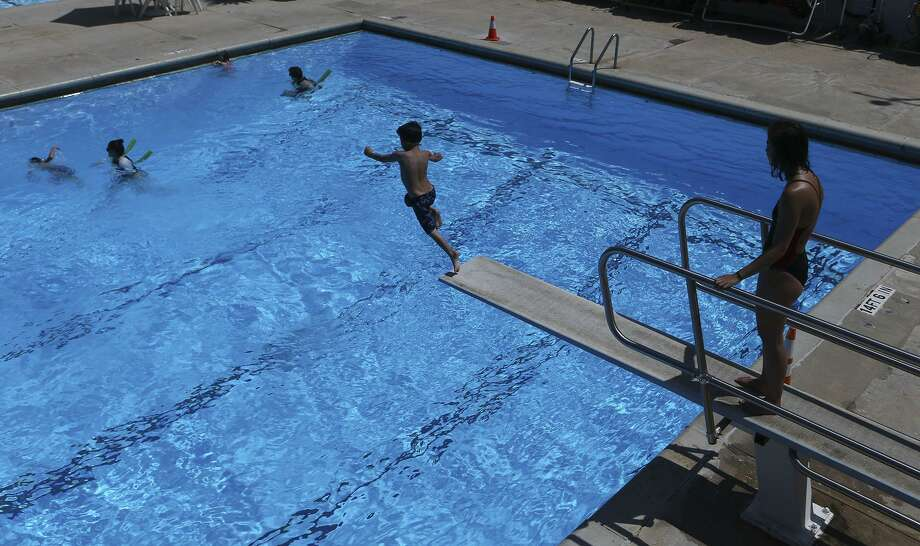 To protect yourself from germs and injuries, here is a checklist of steps to take before you enter a swimming pool.  Photo: John Davenport /San Antonio Express-News / ©John Davenport/San Antonio Express-News