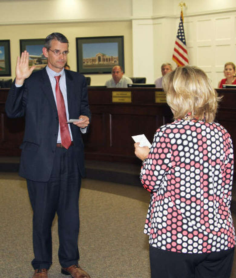 Tomball Independent School District trustee Lee McLeod takes the oath of office to serve on the school board. Photo: Tomball ISD