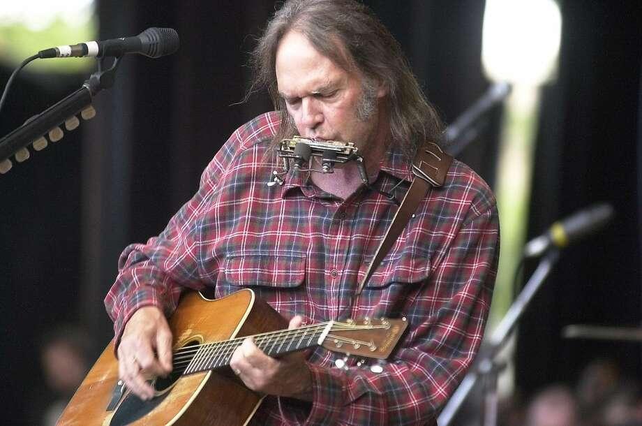 Neil Young during the Bridge School benefit at the Shoreline Amphitheatre, Oct. 20, 2001. Photo: Kurt Rogers, SFC