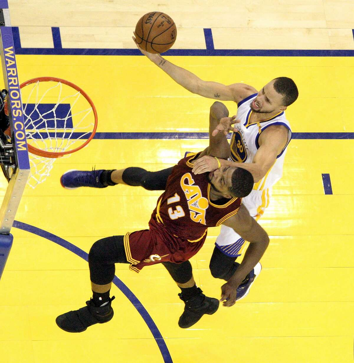 Stephen Curry (30) drives to the basket defended by Tristan Thompson (13) in the first half as the Golden State Warriors played the Cleveland Cavaliers at Oracle Arena in Oakland, Calif., on Monday, January 16, 2017.