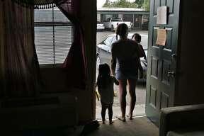 Los inquilinos dijeron no contar con el tiempo suficiente para encontrar un lugar que se acomode a sus necesidades económicas o que su estatus migratorio les impida rentar otra vivienda.