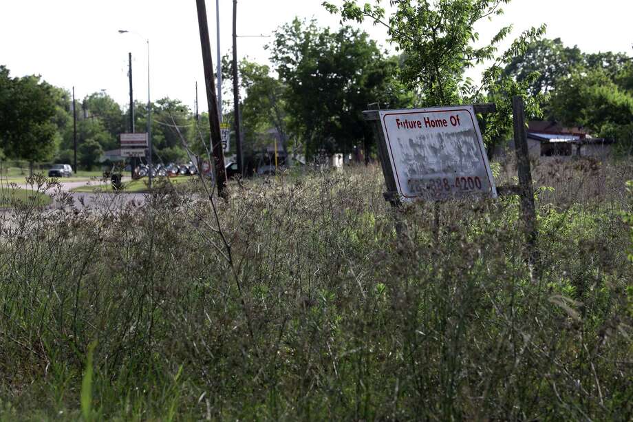 A blank sign is seen in an empty lot, at the intersection of Scott Street and Airport Boulevard, in the Sunnyside neighborhood, Thursday, June 1, 2017, in Houston. Photo: Jon Shapley, Houston Chronicle / © 2017 Houston Chronicle
