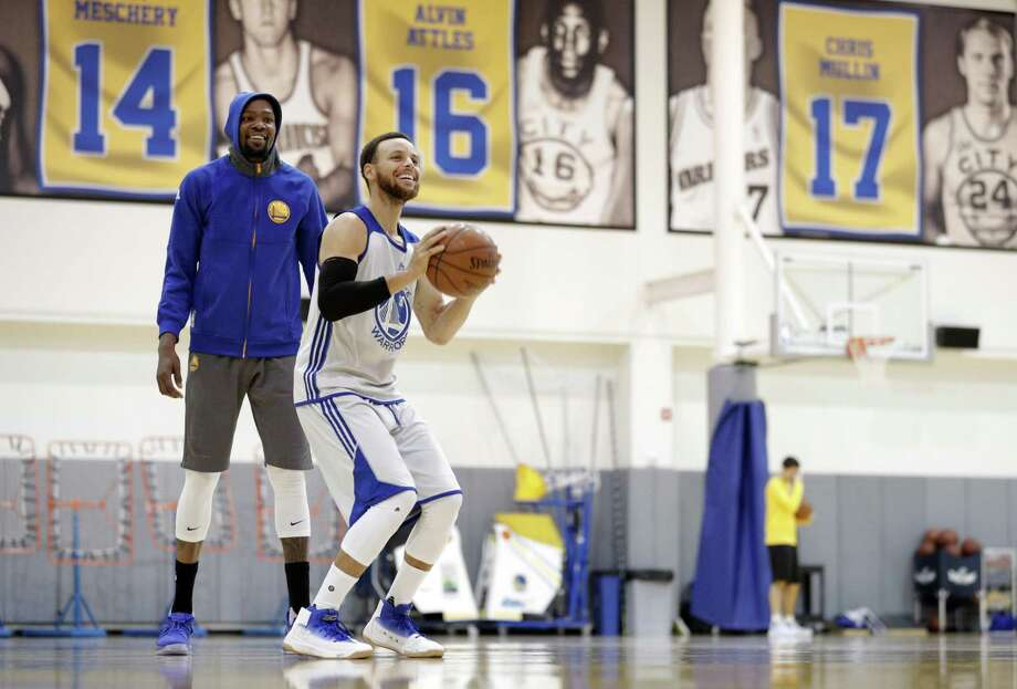 Stephen Curry makes a shot as Kevin Durant watches during practice at the Warriors headquarters in Oakland, Calif., on Monday, May 29, 2017. Photo: Carlos Avila Gonzalez / The Chronicle / ONLINE_YES