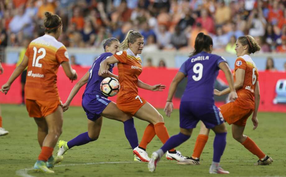 Houston Dash and Orlando Pride come toward the box to get control of the ball during the first half of the game at BBVA Compass Stadium Saturday, June 17, 2017, in Houston. ( Yi-Chin Lee / Houston Chronicle ) Photo: Yi-Chin Lee/Houston Chronicle