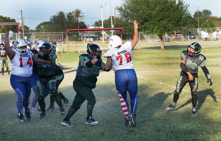 Yvette Pena went 3-for-10 for 42 yards, two touchdowns and two interceptions Saturday as the Laredo Phantasy fell 54-32 at Slaughter Park against the South Texas Generals. Photo: Cuate Santos /Laredo Morning Times / Laredo Morning Times