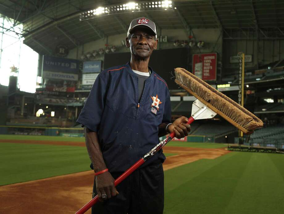 Houston  groundskeeper Willie Berry at Minute Maid. Photo: Karen Warren /Houston Chronicle / 2017 Houston Chronicle