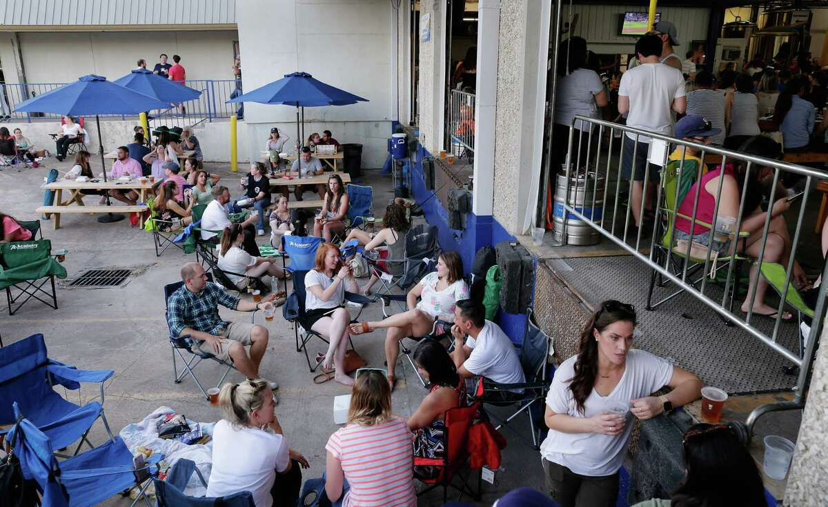 With indoor seating completely full, the outdoor patio area by the loading dock for smokers and the thermally intrepid fills up during 'Friends