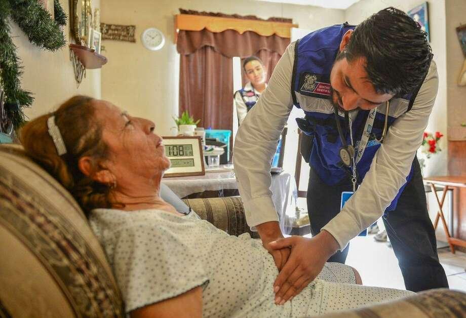 Un doctor visita personas de la tercera edad, con impedimento físico y escasos recursos para trasladarse a un hospital. Photo: Foto De Cortesía