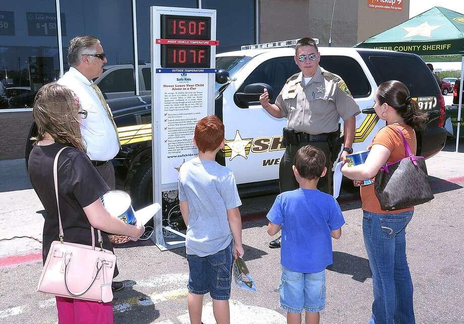 Foto de archivo. El Alguacil Martin Cuellar explica el riesgo de dejar niños dentro de los autos durante el verano. Photo: Cuate Santos /Laredo Morning Times / Laredo Morning Times