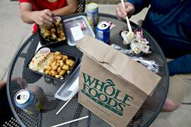 Customers eat lunch outside a Whole Foods Market in Naperville, Illinois, on June 16, 2017. (MUST CREDIT: Daniel Acker/Bloomberg)
