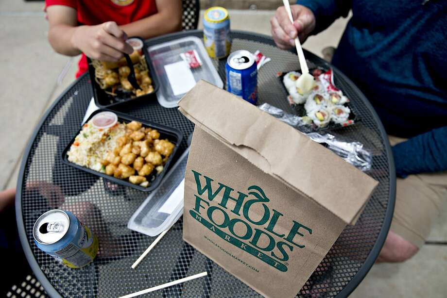 Customers eat lunch outside a Whole Foods Market in Naperville, Illinois, on June 16, 2017. (MUST CREDIT: Daniel Acker/Bloomberg) Photo: Daniel Acker, Bloomberg