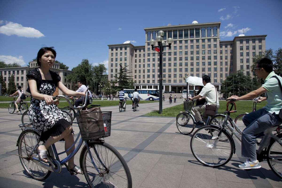 14. Tsinghua University Full time equivalent enrollment: 41,537 Student-staff ratio: 14.1 International students: 10 percent Female-male ratio: 32:68