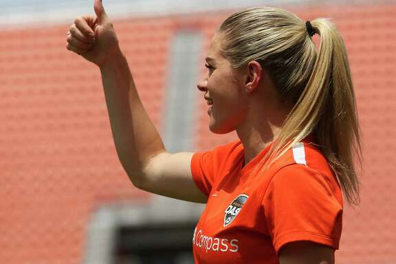 Kealia Ohai gives her Houston Dash teammates a thumbs up during practice before they take on Seattle Reign at BBVA Compas Stadium Saturday, May 27, 2017, in Houston. ( Yi-Chin Lee / Houston Chronicle )