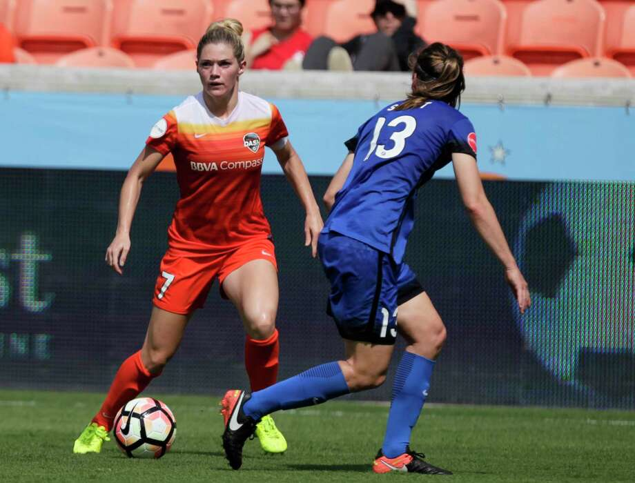 Houston Dash forward Kealia Ohai (7) dribbles the ball while Seattle Reign FC defender Rebekah Stott (13) is defensing her during the second half of the game at BBVA Compas Stadium Saturday, May 27, 2017, in Houston. ( Yi-Chin Lee / Houston Chronicle ) Photo: Yi-Chin Lee, Staff / © 2017  Houston Chronicle