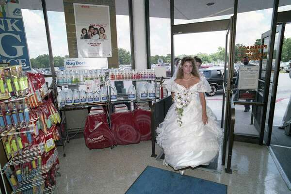 Gwyn Foyt, 20, and Steve Glidden, 27, tie the knot at an Albertsons supermarket in Lake Jackson, part of a store publicity effort bymanager Dale Ramsey.