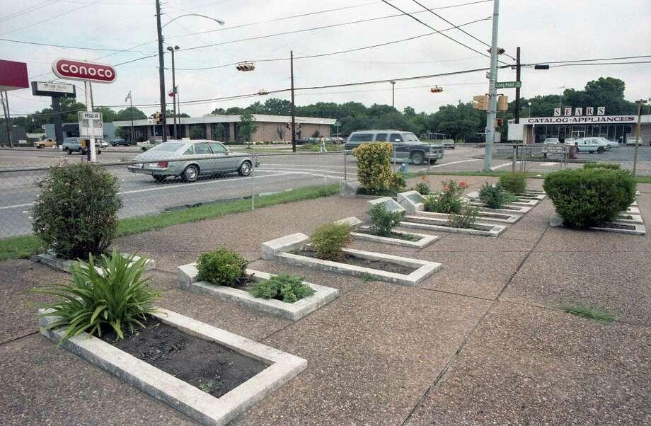 Hillendahl Cemetery on Longpoint in Spring Branch, June 10, 1987. Photo: Carrie Tucker, Houston Chronicle