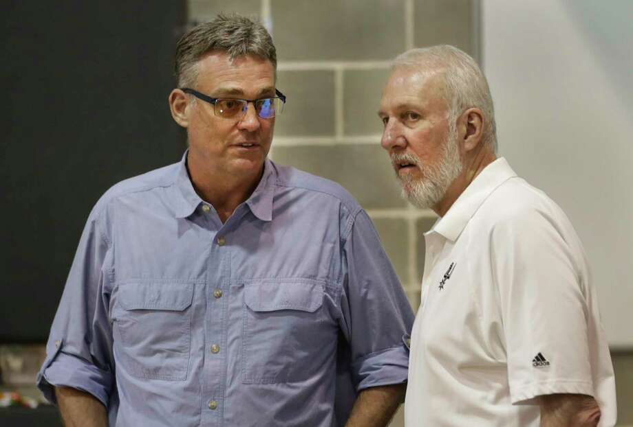 R.C. Buford (left) and Gregg Popovich chat during Spurs media day in 2014. Photo: Bob Owen /San Antonio Express-News / ©2013 San Antonio Express-News
