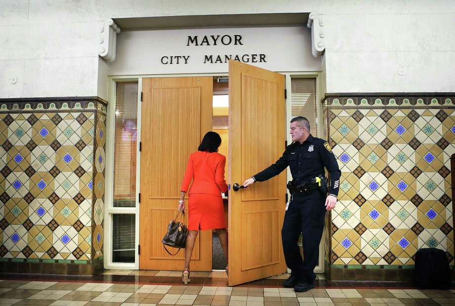 Mayor Ivy Taylor walks to her office for the last time before Ron Nirenberg is sworn in as Mayor of San Antonio on Wednesday, June 21, 2017. Photo: Bob Owen,  Staff / San Antonio Express-News / ©2017 San Antonio Express-News