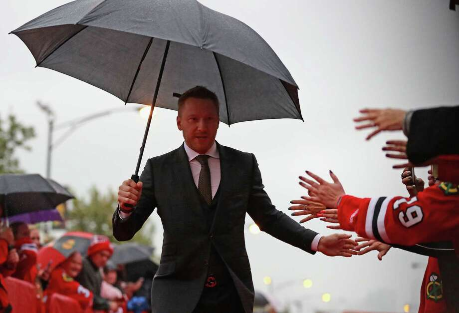 CHICAGO, IL - OCTOBER 12: Marian Hossa #81 of the Chicago Blackhawks greets fans during a red-carpet even before the season opening gameagainst the St. Louis Blues at the United Center on October 12, 2016 in Chicago, Illinois.  (Photo by Jonathan Daniel/Getty Images) ORG XMIT: 672867789 Photo: Jonathan Daniel / 2016 Getty Images