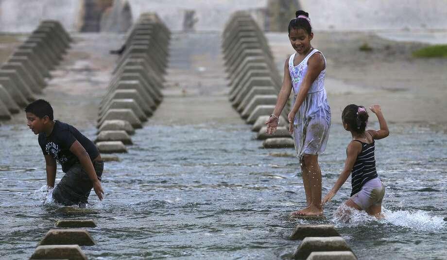 San Antonio has been sweating through prolonged hot and muggy weather since June 13. Photo: San Antonio Express-News File Photo / ©San Antonio Express-News/John Davenport