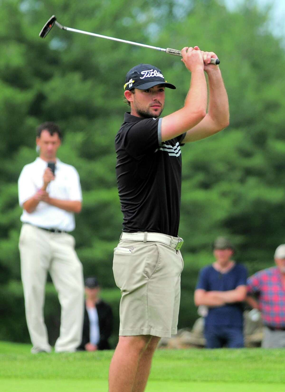 Evan Grenus reacts after missing a putt Friday.