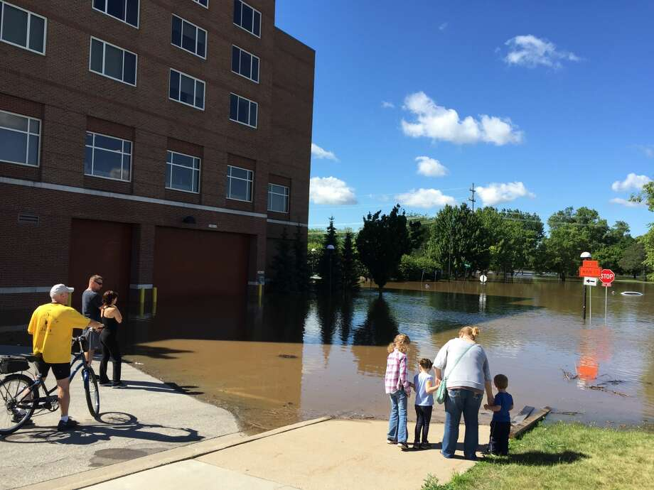 Rising waters from the Tittabawassee River hit downtown Midland as the river neared its projected crest of 31 feet on Saturday, June 24, 2017. This photo was taken at Gordon and Ann streets, with the H Hotel in the background. Photo: Tony Lascari Tlascari@mdn.net