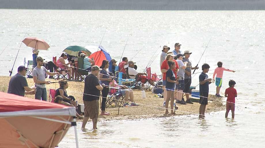Familias se reúnen para pasar tiempo de calidad practicando la pesca durante el evento Fishing Derby en su edición 20 que se llevó a cabo en el Lago Casa Blanca, el sábado por la mañana. Photo: Foto Por Francisco Vera|Laredo Morning Times / Laredo Morning Times