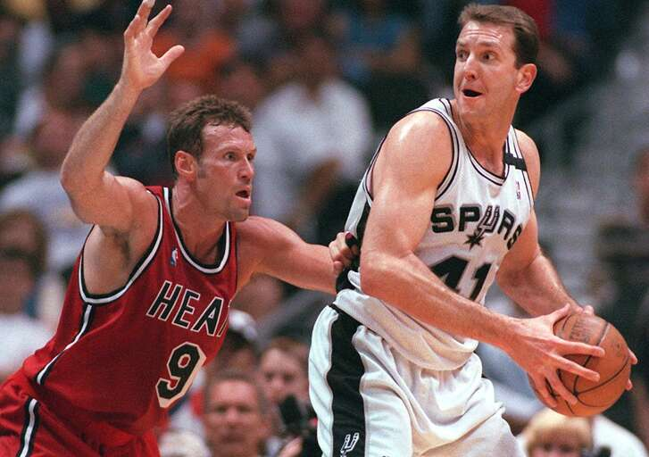 Spurs' Will Perdue looks to pass on Miami's Dan Majerle in 1998.