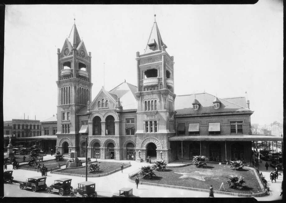 The fourth and last City Hall (1904) and market house on Market Square was used until the city administration moved into the present building on Bagby St. in 1939. The clock can be seen in the left tower. Photo: Houston Chronicle Files / Houston Chronicle