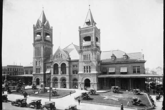 The fourth and last City Hall (1904) and market house on Market Square was used until the city administration moved into the present building on Bagby St. in 1939.  In its final years the building was a bus station.     HOUCHRON CAPTION (12/12/1999): The City Hall built on Market Square in 1876 burned in 1901. Its replacement, left, was completed in 1904. HOUSTON CHRONICLE SPECIAL SECTION: THE HOUSTON CENTURY.